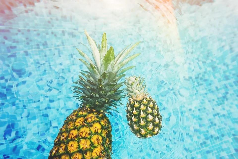 Ananas plovoucí v bazénu
