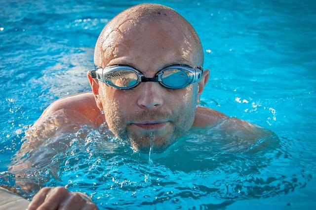 muž s plaveckými brýlemi