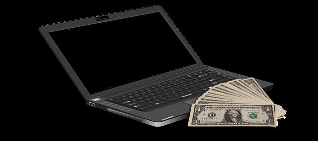 peníze na notebooku