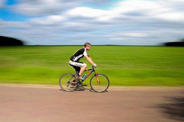 muž na kole u pole