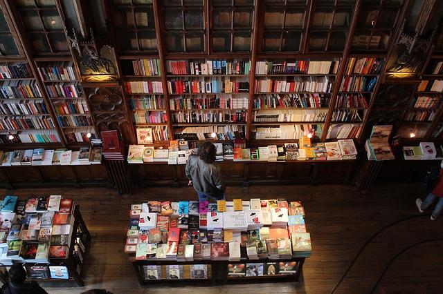 člověk v knihkupectví