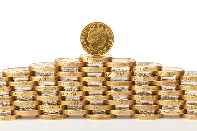 stěna sestavená z britských mincí.jpg